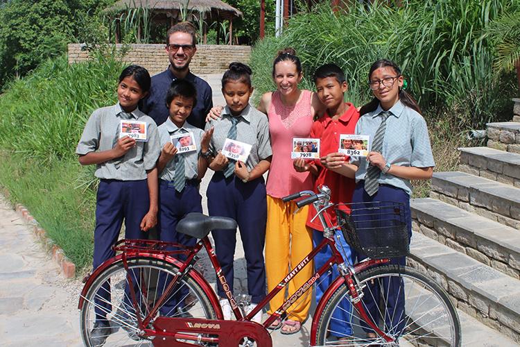 Cả hai tặng 14 chiếc xe đạp cho trẻ em ở Nepal. Ảnh: Nhân vật cung cấp