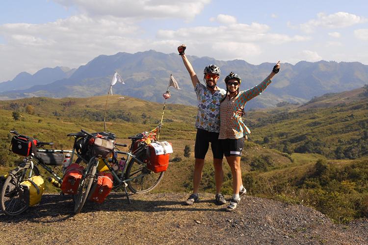 Marco Liguori (trái) vàAurelie Cambon đạp xe hai năm để gây quỹ từ thiện, tặng xe đạp cho bé gái và người khuyết tật. Ảnh: Nhân vật cung cấp.