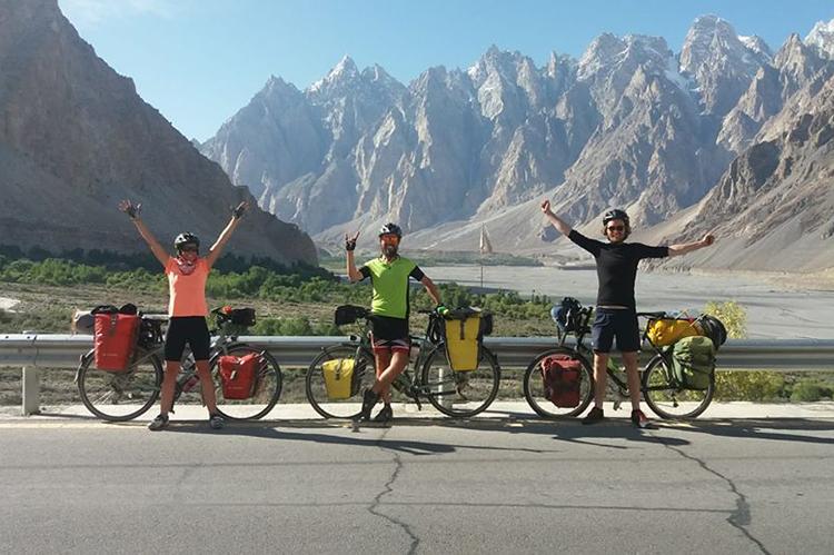 Hai vợ chồng này tin rằng xe đạp mang lại cuộc sống tốt đẹp hơn cho những người được tặng. Ảnh: Nhân vật cung cấp