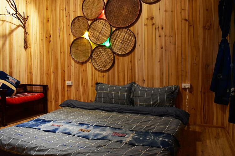Ở đây có 5 bungalows (gồm 1 phòng dành cho tập thể có 6 giường)với khung cảnh nhìn ra núi Hàm Rồng và thị trấn Sa Pa. Bên trong mỗi phòng đều có thiết kế đơn giản với đồ dùng gỗ và chăn, màn vải xanh trắng. Giá thuê ở đây là 180.000 đồng một người, 2 người là 650.000 đồng và từ 4 người trở nên là 1.050.000 đồng một đêm. Giá đã bao gồm bữa ăn sáng, trà và cà phê trong phòng. Ảnh: Sapa Jungle Homestay.