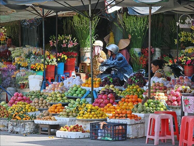 Các quầy hàng có nhiều loại hoa quả khác nhau để bạn lựa chọn. Ảnh: Jean-Pierre Dalbera/Flickr.