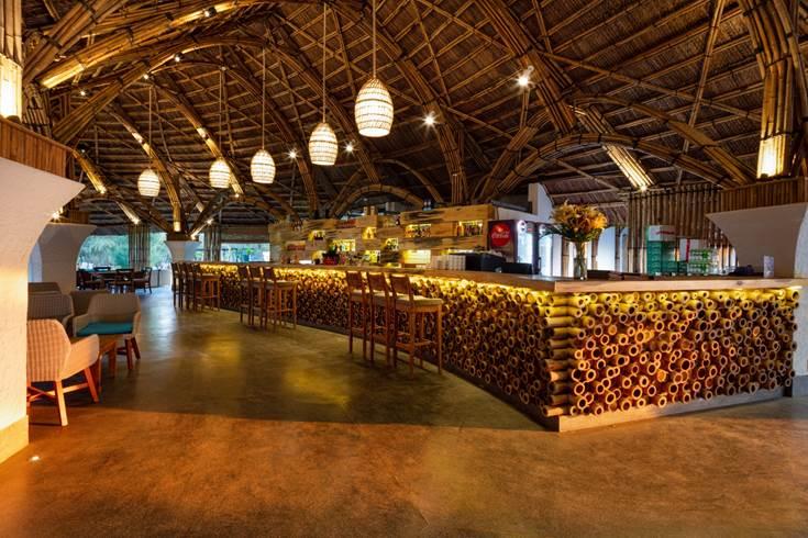 Các nghệ nhân mất gần một năm để xây dựng thủ công hạng mục mái, uốn từng cây tre, mái vòm để tạo kiến trúc vừa hiện đại, vừa gần gữi với văn hóa lũy tre làng của Việt, tạo sự kết hợp đầy ngẫu hứng với phong cách Địa Trung Hải bao trùm toàn khu resort do tập đoàn Huni (Pháp) đảm trách.Bên cạnh nhà hàng Gozo là quán Coffee Terra lãng mạn, tạo thêm sự hấp dẫn cho du khách tham quan khám phá.
