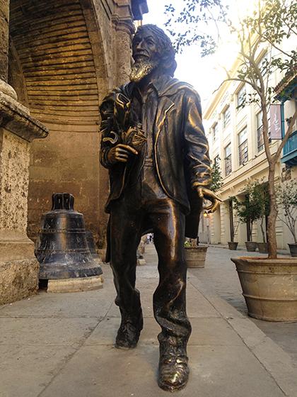 El Caballero de Paris, Havana, CubaDu khách đến thăm khu phố cổ ở Havana có thể nhìn thấy một bức tượng đồng nằm lẫn giữa đám đông du khách, nghệ sĩ biểu diễn và những người bán hàng rong trên đường phố. Bức tượng được cho là lấy cảm hứng từ một người đàn ông tên Jose Maria Popez Lledin (hay còn có tên khác là Quý ông Paris). Người dân tin rằng, chỉ cần bạn chạm vào râu của bức tượng và ước, chắc chắn điều ước sẽ thành hiện thực. Ảnh: Julia Galiano-Rios/Lonely Planet.