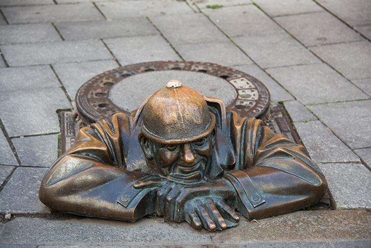 Cumil the Sewer Worker, Bratislava, SlovakiaĐây là bức tượng tạc một công nhân vệ sinh cống nước thải, chui lên từ một hố ga ở góc đường Laurinská và Panská, thị trấn cổ ở Bratislava. Sau khi được khánh thành vào năm 1997, người dân địa phương tin rằng chỉ cần tới đây và ước một điều, rồi chạm tay vào mũ của bức tượng này, mọi thứ sẽ thành hiện thực. Ảnh:  Elnur/Shutterstock.