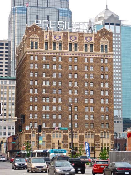 Khách sạn President nằm tại trung tâm thành phố Kansas. Ảnh: Flickr.