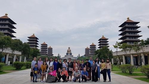Khách du lịch tham quan các điểm đến ở châu Á.
