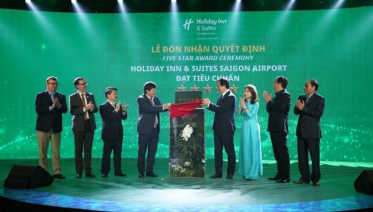 Ông Nguyễn Trùng Khánh - Tổng cục trưởng Tổng cục du lịch trao chứng nhận 5 sao cho Holiday Inn & Suites Saigon Airport.