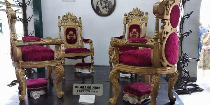 Khu trưng bày bộ bàn ghế cổ có đặt biển cấm xâm phạm. Ảnh:Pribadi Wicaksono.