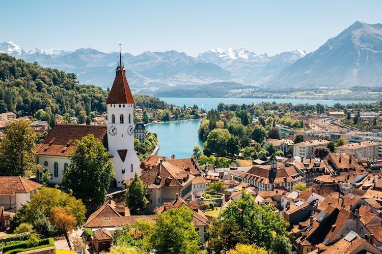 Thành phố Bernnằm trên vùng cao nguyên củaThụy Sĩ. Trong tiếng Đức, Bern có nghĩa là con gấu - hình ảnh xuất hiện khắp nơi, đặc biệt trên lá cờ và phù hiệu của thành phố.Ảnh:Smart Cities.