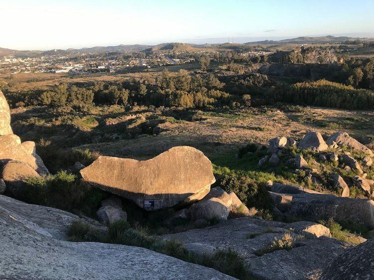 Piedra Movediza bản gốc nằm dưới chân đồi. Ảnh:Keveemiller/Atlas Obscura.