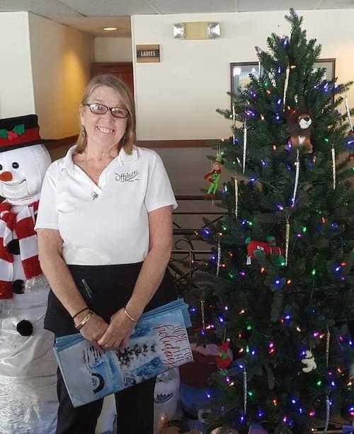Niềm vui của bồi bàn Rosie khi nhận món quà bất ngờ trước Giáng sinh. Ảnh: Knox Village Soup.