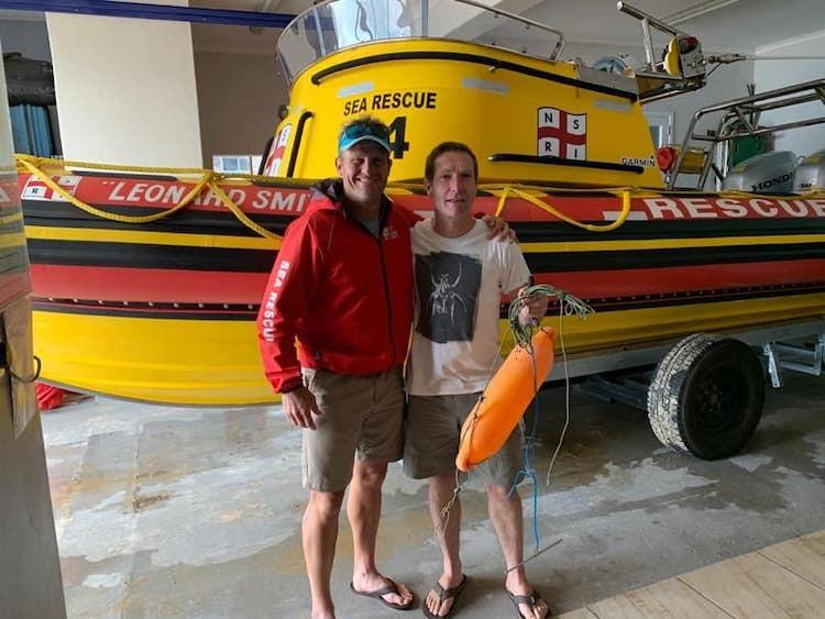 Theodore (phải) gặp lực lượng cứu hộ sau cuộc chạm trán với cá mập. Anh không bị thương tích gì. Ảnh:NRSISea Rescue Plettenberg Bay.