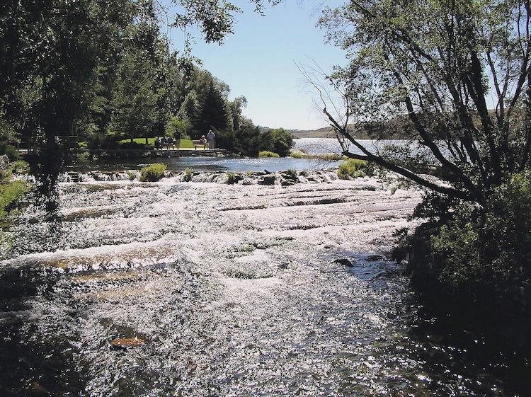 Dòng sông Roe chảy từ suối Giant.Nó là một trong những địa điểm đẹp để ghé thăm ở thành phố Great Falls, với trang trại nuôi cá, công viên, sân chơi, đường đi bộ và những điểm câu cá thanh bình.Ảnh:Montanabw.