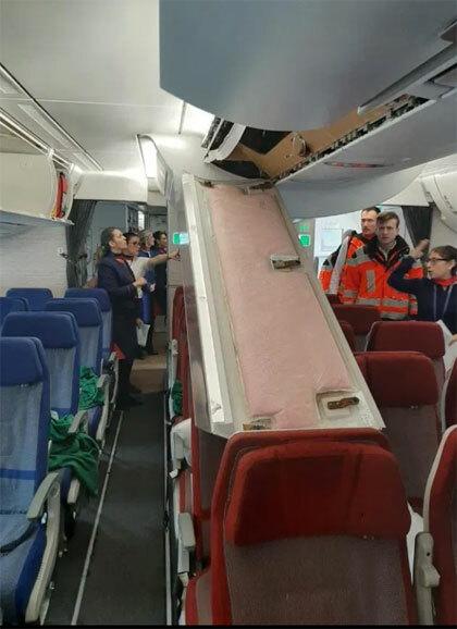 Khoang chứa đồ trên máy bay sập xuống phía ghế ngồi của hành khách. Ảnh: Aero Flap.