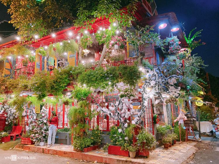 Cà phê hoa kiểu Pháp (Bonjour Cafe The Art) Cùng thuộc quận 2, quán cà phê hoa trên đường Thảo Điền lại gây chú ý bởi không gian hơi hướng nước Pháp được bao phủ bởi nhiều loại hoa tươi, cây xanh. Ảnh: Tuan Doan