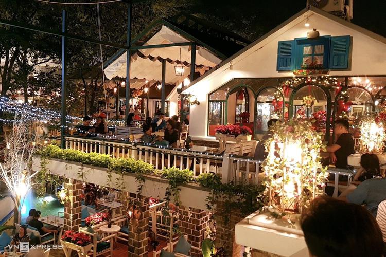 Buổi tối là lúc quán trở nên rực rỡ hơn bởi những ánh đèn đầy màu sắc. Thực đơn quán gồm cả đồ ăn và thức uống, giá dao động 35.000 - 85.000 đồng. Khách đến dùng món được tự do chụp hình miễn phí tại mọi không gian.Thời gian quán mở cửa hàng ngày là 7h - 23h. Không gian Giáng sinh sẽ được tháo dỡ sau ngày 25/12.