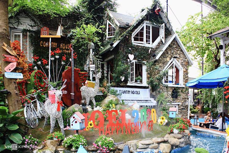 Ngôi làng châu Âu (Country House Cafe) Nằm trên đường Phan Văn Trị (quận Gò Vấp), Country House Cafe có các không gian rộng lớn cả ngoài trời lẫn trong nhà. Ảnh: Tâm Linh