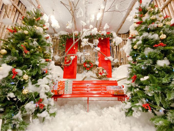 Ngôi nhà màu hồng và chiếc xe màu xanhNgoài cách trang trí đúng như tên gọi, quán cà phê trên đường Nguyễn Cừ (quận 2) còn tạo riêng không gian lễ Giáng sinh tại tầng 4 và ban công lầu 1, thu hút nhiều bạn trẻ đến chụp hình sống ảo. Khu chụp Giáng sinh được duy trì đến sau Tết Dương lịch vài ngày. Ảnh: Tuan Doan.