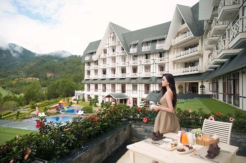 Hoa hậu Tiểu Vy cho biết cô quay lại khu nghỉ dưỡng Sam Tuyền Lâm Golf & Resorts một lần nữa vì yêu thích lối kiến trúc Pháp cổ và gam màu trắng tinh khôi nơi đây. Vừa đặt chân đến khu nghỉ dưỡng, Tiểu Vy đã có mặt ở nhà hàng Swiss-Café để thưởng thức bữa sáng giữa khung cảnh thiên nhiên thơ mộng.