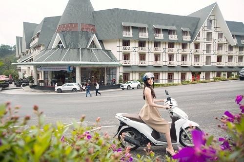 Sam Tuyền Lâm Golf & Resorts có đội ngũ xe đưa đón sân bay và trung tâm thành phố Đà Lạt miễn phí nhưng nàng hậu sinh năm 2000  vẫn muốn có thể tự lái xe qua các cung đường đèo để cảm nhận Đà Lạt trọn vẹn nhất.