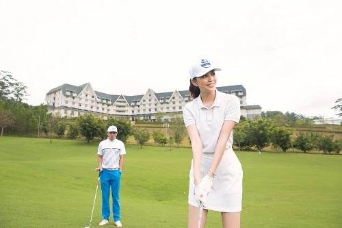Bao quanh khu nghỉ dưỡng sân Sam Tuyền Lâm - Golf Club tiêu chuẩn quốc tế 18 lỗ. Vì vậy, Tiểu Vy đã tranh thủ chơi golf tại đây.