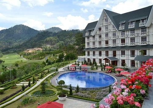 Sam Tuyền Lâm Golf & Resorts tọa lạc giữa không hian núi rừng và là nơi duy nhất ở Đà Lạt sở hữu hồ bơi nằm trong lòng thung lũng. Tiểu Vy rất thích ngắm cảnh thiên nhiên ở đây.