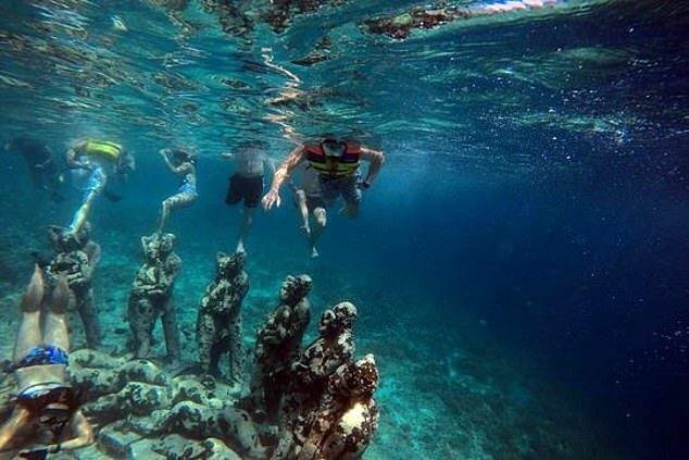 Lặn biển ngắm tượng đá là hoạt độngtại đảo Gili Meno. Ảnh: Gili Meno in Indonesia.