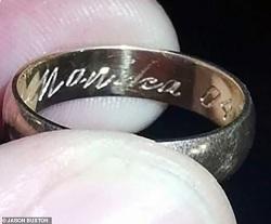Chiếc nhẫn Jason nhặt được. Ảnh:Jason Buxton.
