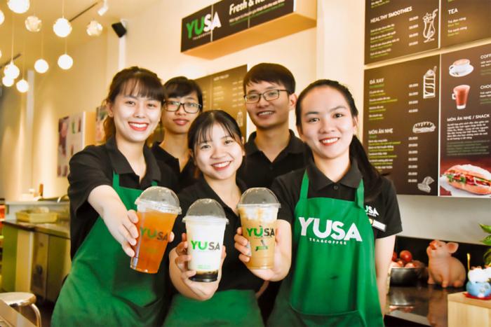 Đội ngũ nhân viên tận tâm, tươi trẻ luôn mang đến sự dễ chịu, thoải mái. Wi-Fi nhanh, tiện lợi cũng là những yếu tố để YUSA chiếm được nhiều thiện cảm của người dùng.
