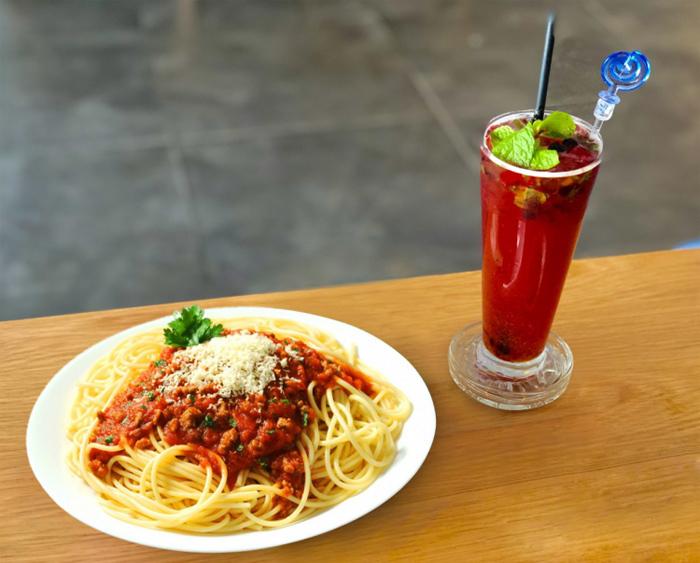 Mì Ý bò bằm - Spaghetti Bolognese vớigần 20 loại nguyên liệu nhập khẩu phối hợp, giúp thực khách thưởng thức món ănđúng phong cách Italy nhưng hợp với khẩu vị người Việt.