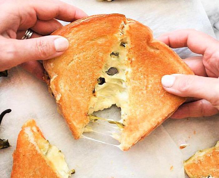 Sandwich nướng phô mai thơm phức từ các nguyên liệu nhập khẩu, dùng nóng phô mai kéo sợi hấp dẫn, là một trong những món ăn nhận nhiều sự yêu thích của giới trẻ.