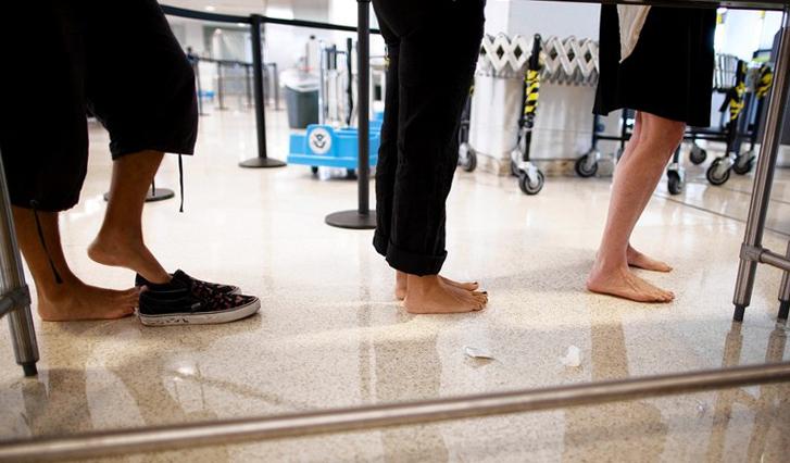 Hành khách đợi làm thủ tục qua cửa an ninh. Ảnh:Reuters.