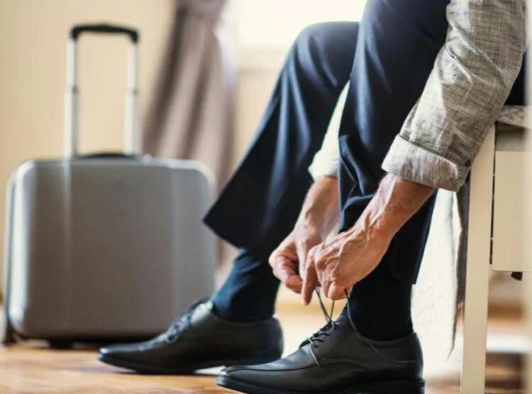Khi bạn cất một chiếc giày chung với laptop, hộ chiếu trong két sắt, bạn sẽ không bao giờ bị quên đồ. Ảnh: iStock.