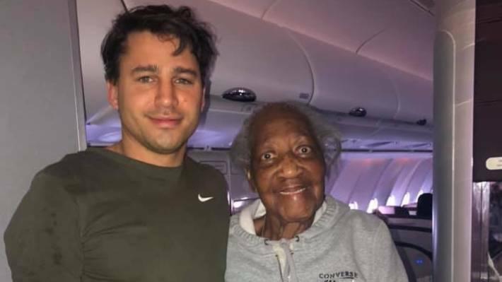Jack (trái) chụp ảnh cùng người bạn lớn tuổi, bà Violet, anh vừa kết thân trên chuyến bay vào đầu tháng 12. Ảnh:Leah Amy.