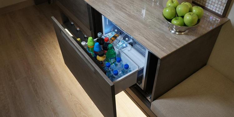 Tại nhiều khách sạn, việc bạn di chuyển vị tri các món đồ trong minibar cũng khiến bạn bị tính tiền. Ảnh: Hotel Partner.