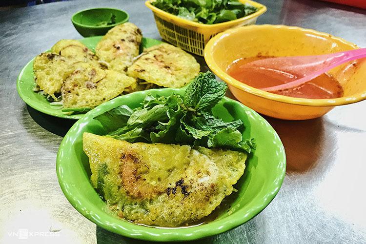 Kiểu ăn bánh xèo trong tô ở Phan Thiết.