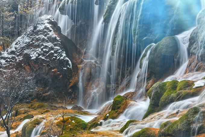 Các thác nước hùng vĩ cũng là điểm thu hút đặc biệt tại Cửu Trại Câu. Ảnh: Quỷ Cốc Tử.
