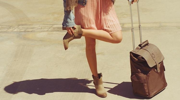 Tránh mặc quần kiểu cách bó chẽn hay giày cao gót khi đi máy bay. Ảnh:Get The Gloss.