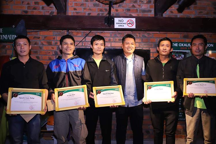Ông Nguyễn Châu Á (thứ ba từ phải) muốn du khách tận hưởng trọn vẹn sự trong lành khi tham gia các tour thám hiểm. Ảnh: Quang Hà