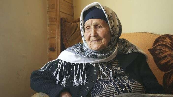 Bà Qambarova dành cả ngày làm vườn hoặc những việc quanh nhà. Ảnh: Kamilla Rzayeva.