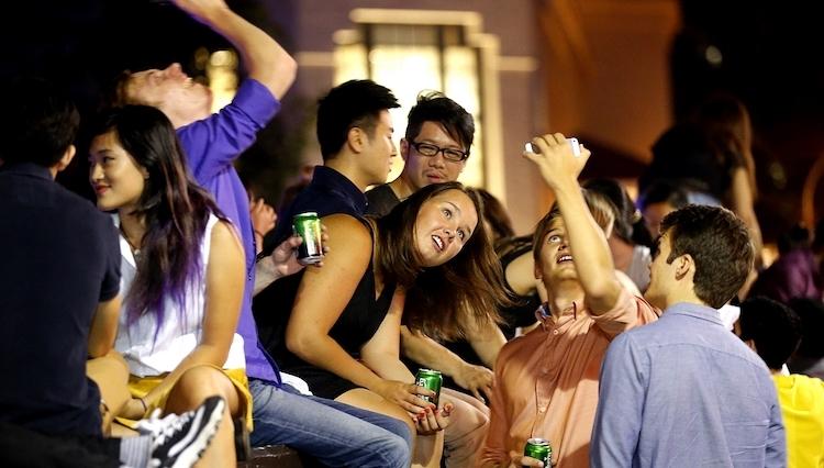 Du khách cũng không thể mua đồ uống có cồn tại Singapore sau 22h30, bởi những cửa hàng bán rượu bia ngoài giờ quy định có thể bị phạt đến 10.000 SGD (hơn 170 triệu đồng). Ảnh:Straits Times.