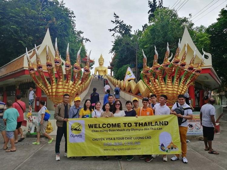 Du khách chụp ảnh kỷ niệm tại một trong những ngôi chùa lớn nhất Thái Lan.