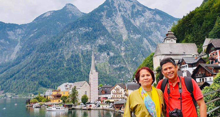 Hai vợ chồng anh Thịnh trong chuyến du lịch tới làng Hallstatt, Áo. Ảnh: Nguyễn Tất Thịnh.