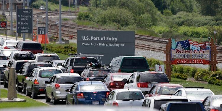 Sĩ quan biên phòng tại cửa khẩu Peace Arch cho biết tình trạng khách phải chờ đợi lâu mới được nhập cảnh là do thiếu nhân sự. Ảnh:Elaine Thompson/AP.