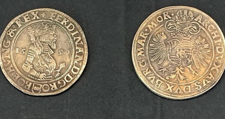 Những đồng thaler đời đầu in hình Joachim và sư tử, nhưng sau đó chúng lần lượt được khắc hình các vị vua trị vì để thể hiện lòng tôn trọng. Ảnh: Eliot Stein/BBC.