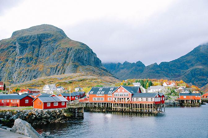 Làng Å có khoảng 150 cư dân sinh sống này tọa lạc trên mũi nam của quần đảo Lofoten, thuộc quận Nordland, phía bắc Na Uy. Ảnh:Someform.