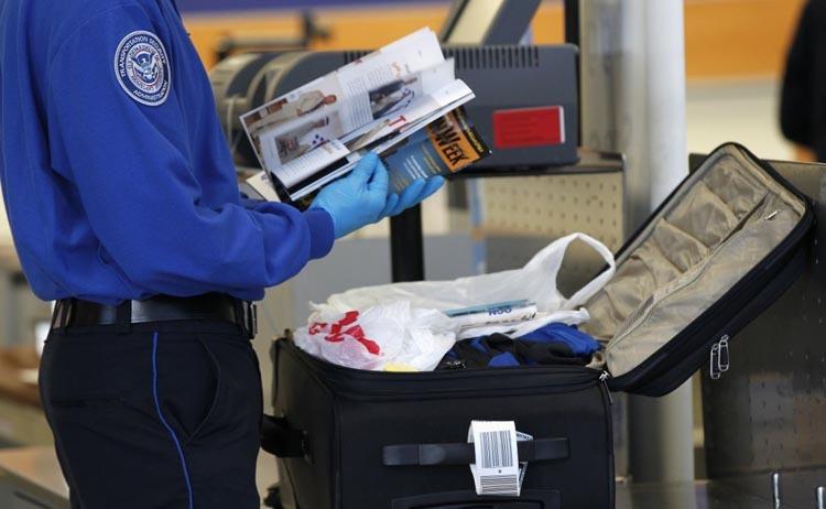Các đánh giá của SPOT cũng chỉ ra rằng, mỗi năm tại Mỹ, có khoảng 1% trong số 30.000 hành khách bị giữ lại kiểm tra bị bắt giữ vì vi phạm quy tắc an toàn bay. Ảnh: Reuters.