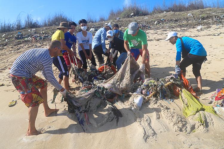 Các tình nguyện viên góp sức thu nhặt cả những loại rác khó lấy bên cạnh rác trôi nổi trên mặt đất. Ảnh: Maria Nelasova