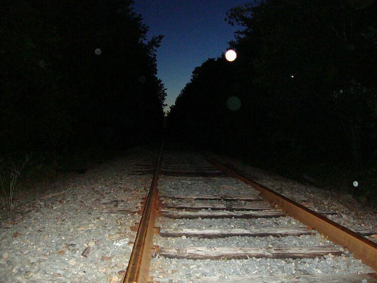 Các bóng sáng xuất hiện trên đường ray. Ảnh: Moneyman1870/Flickr.