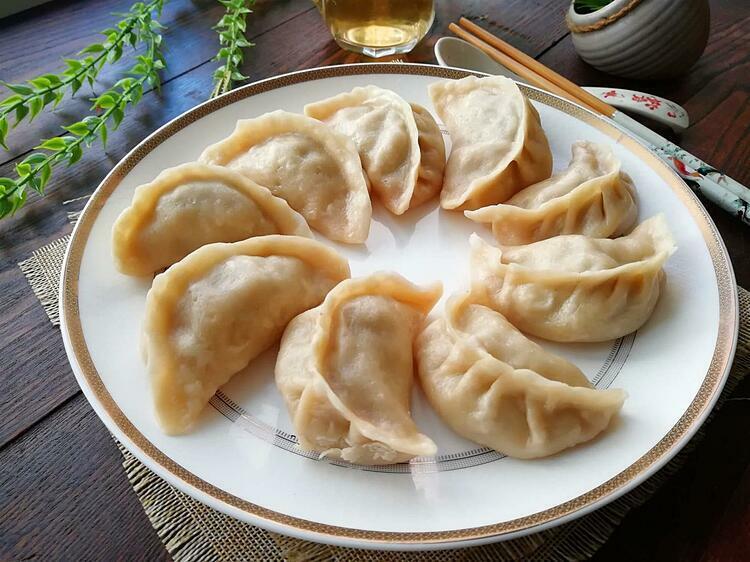 Dịp tết cổ truyền, người Trung Quốc sẽ ngồi quây quần gói sủi cảo và thưởng thức món ăn trong không khí ấm cúng. Ảnh: wiki.